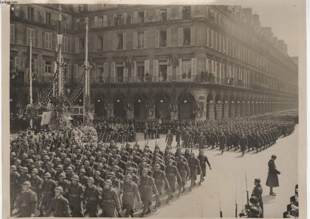 PHOTO ANCIENNE SITUEE - DEFILE DES TROUPES