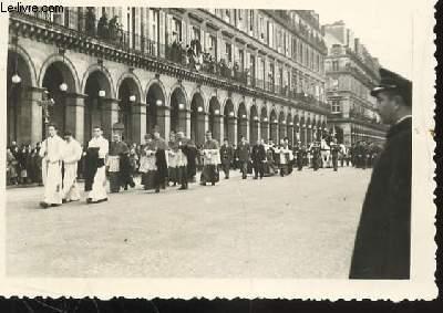 1 PHOTO ARGENTIQUE EN NOIR ET BLANC DE DIMENSION : 7 X 10 Cm : ENTERREMENT DU GENERAL ET MARECHAL DE FRANCE DE LATTRE DE TASSIGNY LE 16 JANVIER 1952 / CORTEGE RELIGIEUX , PASSAGE RUE DE RIVOLI A PARIS.