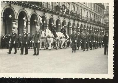 1 PHOTO ARGENTIQUE EN NOIR ET BLANC DE DIMENSION : 7 X 10 Cm : ENTERREMENT DU GENERAL ET MARECHAL DE FRANCE DE LATTRE DE TASSIGNY LE 16 JANVIER 1952 / CORTEGE MILITAIRE AVEC CAVALERIE , PASSAGE RUE DE RIVOLI A PARIS.