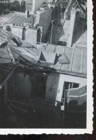 1 PHOTO ARGENTIQUE EN NOIR ET BLANC DE DIMENSION : 7 X 10 Cm : CHUTE D'UN BOMBARDIER AVRO LANCASTER SUR LES MAGASINS DU LOUVRES ET DE SES ENVIRONS A PARIS : VUE D'UNE TOITURE D'UN DES IMMEUBLES.