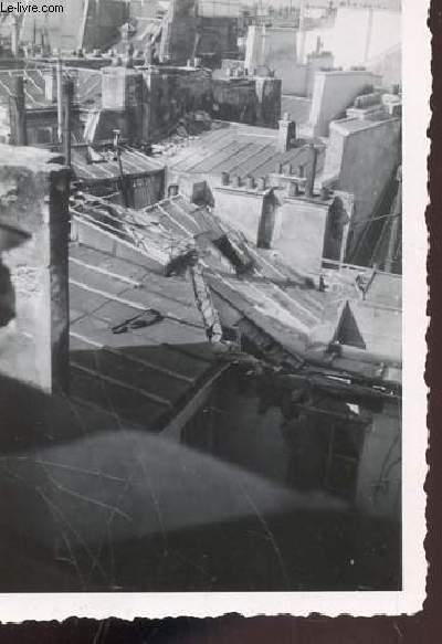 1 PHOTO ARGENTIQUE EN NOIR ET BLANC DE DIMENSION : 7 X 10 Cm : CHUTE D'UN BOMBARDIER AVRO LANCASTER SUR LES MAGASINS DU LOUVRES ET DE SES ENVIRONS A PARIS : VUE SUR LES TOITS.