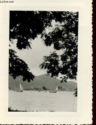 1 PHOTO ARGENTIQUE EN NOIR ET BLANC  DENTELEE - DIMENSION 8 X 11 Cm : VIET-NAM - BAIE DE TOURANE.