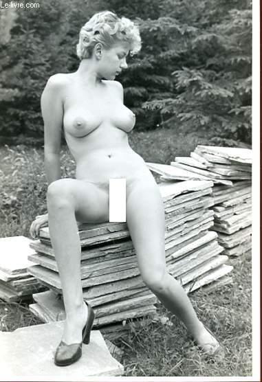 1 PHOTO D'ART, ARGENTIQUE, EROTIQUE EN NOIR ET BLANC : FEMME SUR MORCEAUX DE BETON