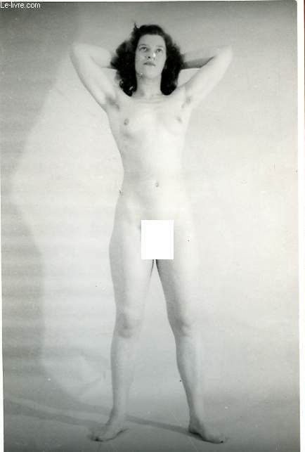 1 PHOTO D'ART, ARGENTIQUE, EROTIQUE EN NOIR ET BLANC : JEUNE FEMME BRAS CROISES DERRIERE LA TETE