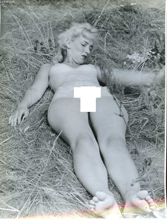 1 PHOTO D'ART, ARGENTIQUE, EROTIQUE EN NOIR ET BLANC D'UNE FEMME BLONDE ALLONGEE DANS L'HERBE