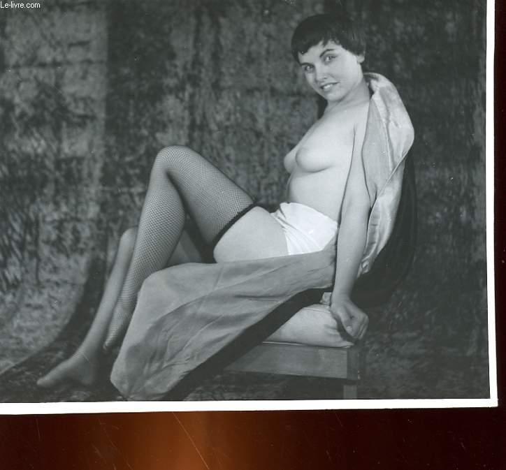 1 PHOTO D'ART, ARGENTIQUE, EROTIQUE EN NOIR ET BLANC D'UNE FEMME BRUNE AVEC DES BAS RESILLES