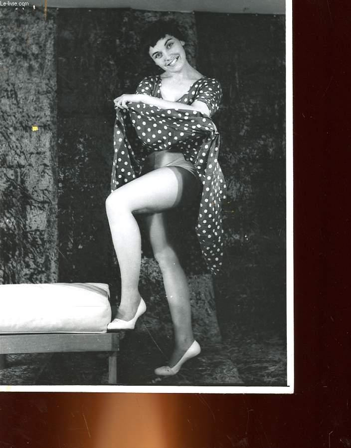 1 PHOTO D'ART, ARGENTIQUE, EROTIQUE EN NOIR ET BLANC D'UNE FEMME BRUNE SOULEVANT SA ROBE ET DEVOILANT SES CUISSES