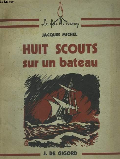 Huit Scouts sur un bateau.