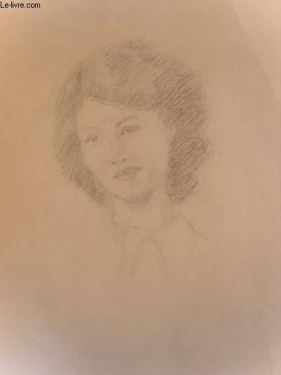 Portrait original d'une femme brune, de face.