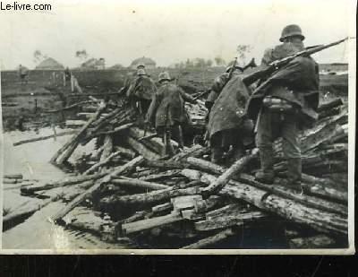 Photographie Originale de soldats d'infanterie traversant un pont détruit sous les canons.