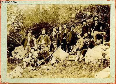 Une photographie originale ancienne en noir et blanc, du Club Excursionniste de Lyon 1888 - Groupe de 13 personnes posant dans une forêt.