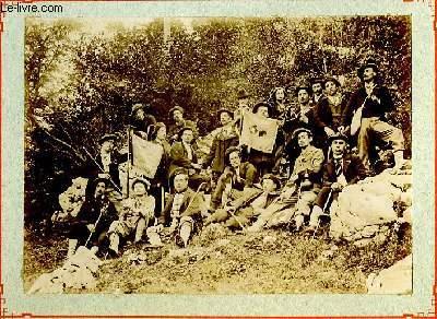 Une photographie originale ancienne en noir et blanc, d'un groupe Excursionniste de Lyon 1888 - Groupe de 21 personnes posant dans une forêt, avec drapeau officiel, cannes ...