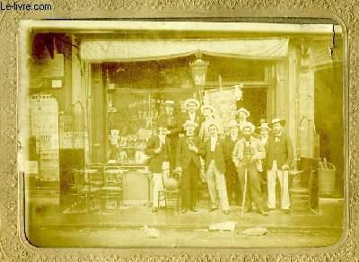 Une photographie originale ancienne albuminée d'un groupe de 11 hommes, posant deavnt une devanture de magasin de Vins.