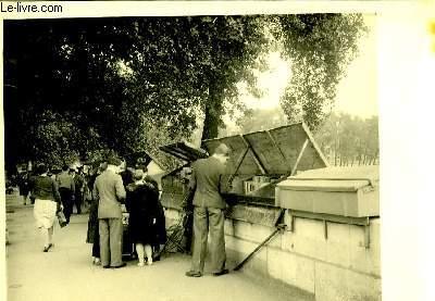 Une photographie originale, en noir et blanc, des bouquinistes du bord de Seine.