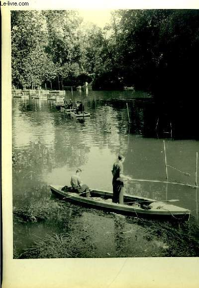 Lot de 3 photographies originales, en noir et blanc, de pêcheurs (canotiers), pêchant sur leurs canots (canoë) sur un lac parisien.