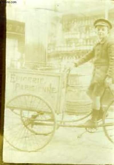 Une photographie originale, en noir et blanc, d'un enfant sur un Tricycle de