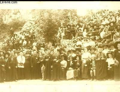 Photographie ancienne originale albuminée (31 x 63 cm), d'une réunion de personnes. Photographie prise au pied d'un mont rocheux. Costumes religieux.