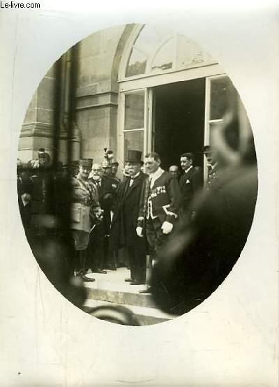 Photographie originale, en noir et blanc, de l'arrivée de M. Clémenceau à Versailles le 28 juin 1919.