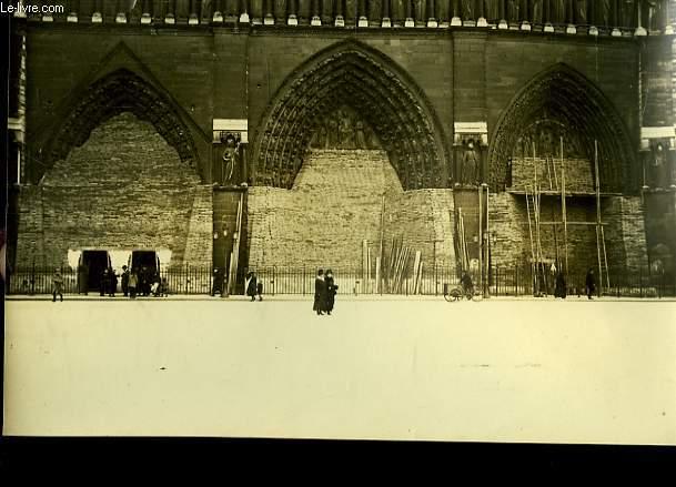 Photographie originale, albuminée, en noir et blanc, des Mesures de Protection à Notre-Dame.