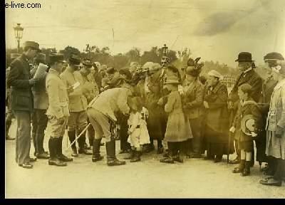 Photographie originale, albuminée, en noir et blanc, du Général Galopin remettant des déclarations aux familles, sur l'Esplanades des Invalides, le 25 mai 1916