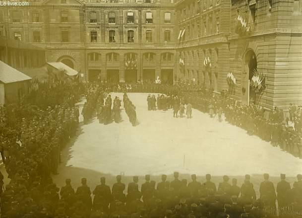 Photographie originale, albuminée, en noir et blanc, de la visite de Mr. Deschanel à la Préfecture de Police, le 24 avril 1920 - Vue d'ensemble pendant la cérémonie.
