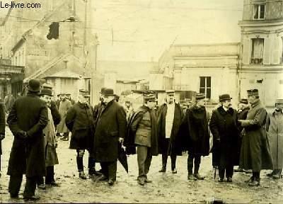 Photographie originale, albuminée, en noir et blanc, de la Cour Neuve, suite à une Explosion, le 6 juin 1917