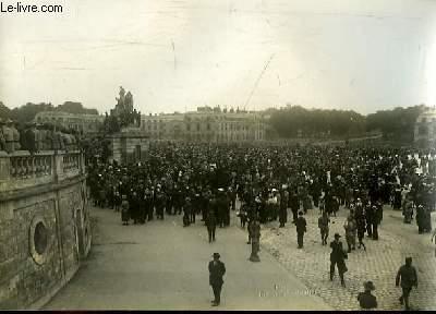 Photographie originale, en noir et blanc, La Foule sur la place d'Armes lors de la Signature du Traité de Paix, à Versailles le 28 juin 1919.