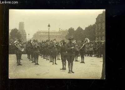 Photographie ancienne originale d'une fanfare militaire américaine sur la Place de l'Hôtel de Ville, le 6 sept. 1917