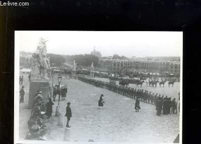 Photographie ancienne reproduite de la Place d'Armes de Versailles, pendant la signature du Traité de Paix, le 28 juin 1919