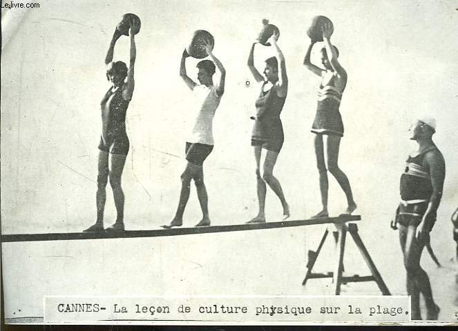 Photographie à Cannes, d'une leçon de culture physique sur la plaque.