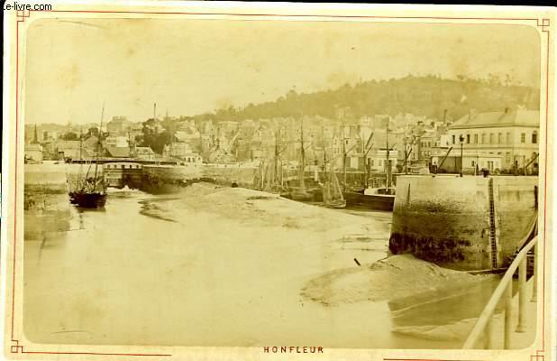 1 photographie originale, albuminée en noir et blanc, d'une vue générale de Honfleur