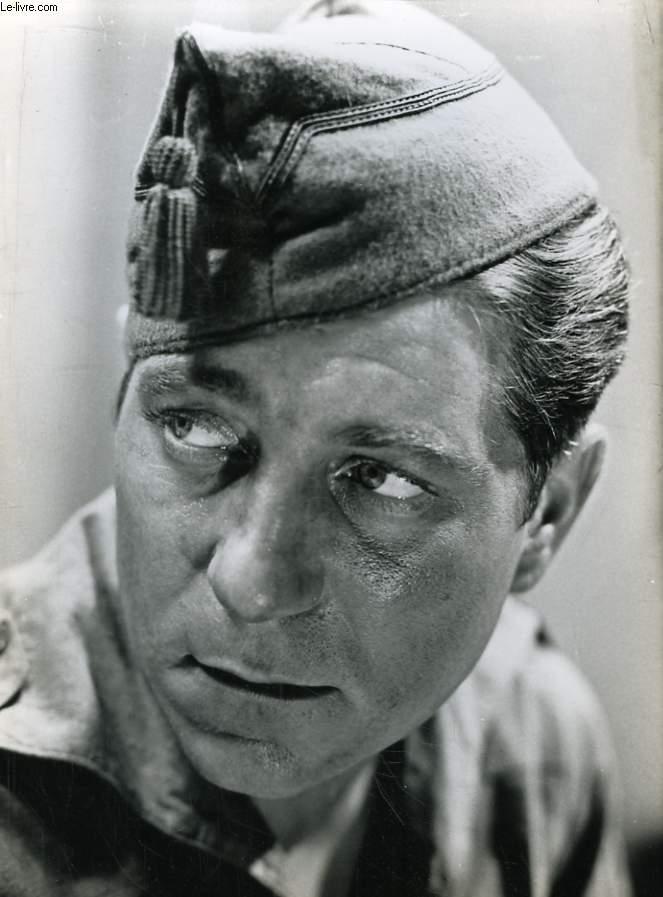 Un tirage original argentique, extrait d'un film avec Jean Gabin en soldat.