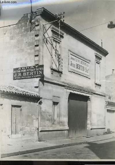 Photographie originale argentique de la devanture des Anciens Etablissements V.A. Bertin & Fils - Jean Bertin Successeur à Libourne (33). Achat de chiffons, peaux, méteaux, tartres.