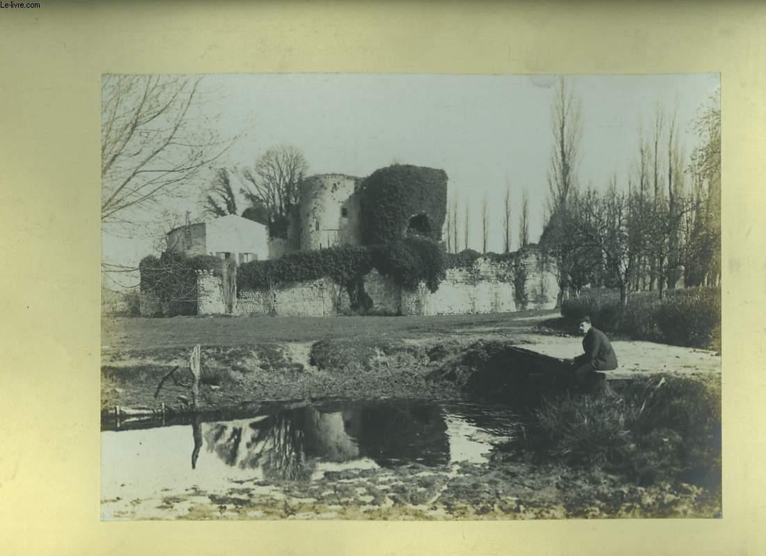 Une photographie originale,  d'un p�cheur assis sur un pont, � cot� d'un ch�teau du Lot-et-Garonne.
