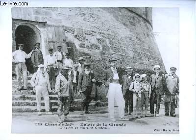 Reproduction photographique d'une carte postale : La Relève au Phare de Cordouan, en Charente-Inférieure - Entrée de la Gironde.